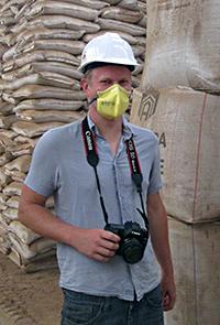 En man med hjälm och mynskydd vid ett lerlager. Foto: SKB.