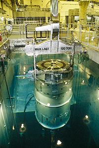 Det använda kärnbränslet flyttas till transport-behållaren under vatten.