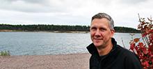 Johan Molin vid en strand.