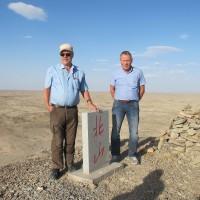 Två män vid en sten ute i öken. Foto: SKB
