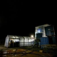 Ett tält över borrmaskinen fotograferat mitt i natten. Foto: Lasse Modin