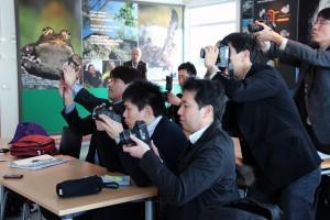 Japanska journalister trängs för att fotografera.