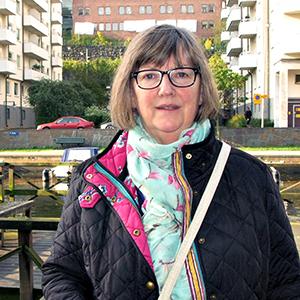 Annika Wahlström i halvfigur på en brygga. Foto: Inger Brandgård, SKB.