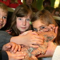Barn med en klump av naturlig koppar.