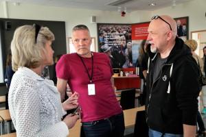 Martin Björnström och Eric Wallström pratar med Åsa Lindwall på personalenheten på SKB. Foto: Lasse Modin