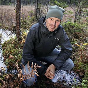 Niklas Heneryd, enhetschef Platsförvaltning Forsmark (tidigare projekt kärnbränsleförvaret), nere vid en av gölarna i Forsmark.
